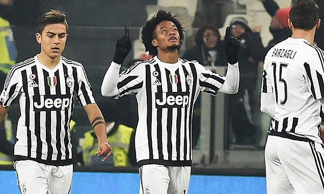 epa05068193 Juan Cuadrado (C) of Juventus reacts after scoring 1-1 during the Italian Serie A soccer match between Fc Juventus and Acf Fiorentina at Juventus Stadium in Turin, Italy, 13 December 2015. EPA/ANDREA DI MARCO