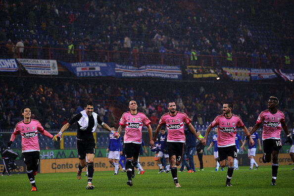 Juventus' team celebrate at the end of the Italian Serie A football match Sampdoria vs Juventus on January 10, 2016 at 'Luigi Ferraris Stadium' in Genoa. / AFP / MARCO BERTORELLO (Photo credit should read MARCO BERTORELLO/AFP/Getty Images)