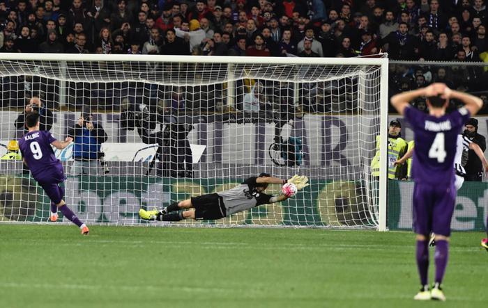 Juventus' goalkeeper Gian Luigi Buffon saves the penalty kicked by Fiorentina's forward Nikola Kalinic, left, during the Italian Serie A soccer match Acf Fiorentina vs Juventus Fc at Artemio Franchi stadium in Florence, Italy, 24 April 2016. ANSA/MAURIZIO DEGL'INNOCENTI